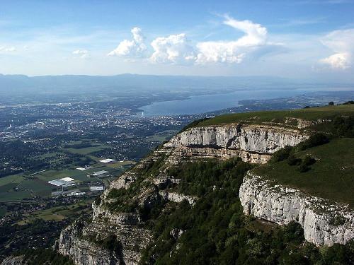 Le Mont Salève vu du Ciel avec Genève et son Jet d'Eau en arrière plan - Benoit Kornmann - CC BY-SA 3.0
